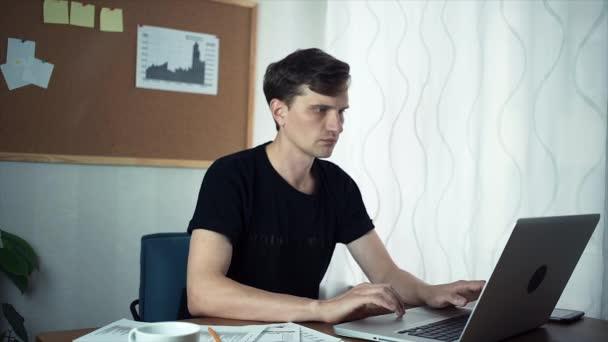 Szabadúszóként dolgozik a laptop számítógép otthoni irodában