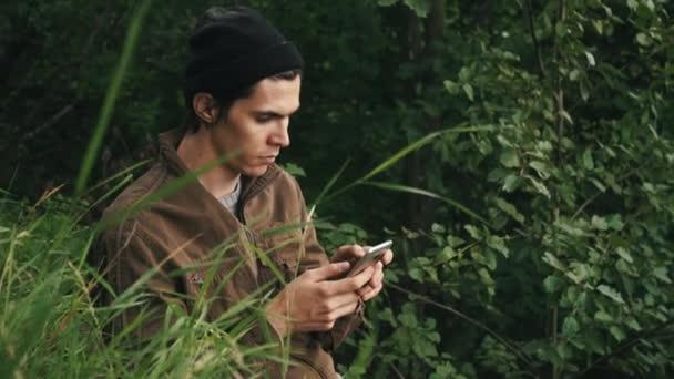 Giovane che cattura foto smartphone condivisione foto della priorità bassa della natura di paesaggio