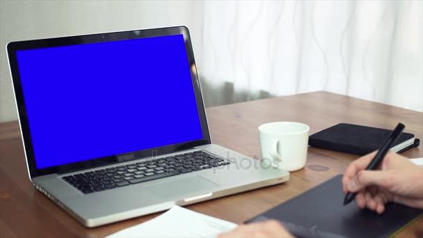 γραφίστας χρησιμοποιώντας ψηφιοποίησης στο γραφείο του στο δημιουργικό γραφείο