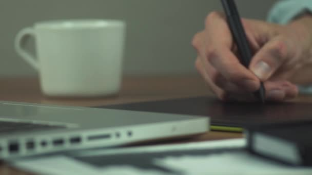 Férfi kezében rajztábla használatával. Designer, grafikus tábla használata