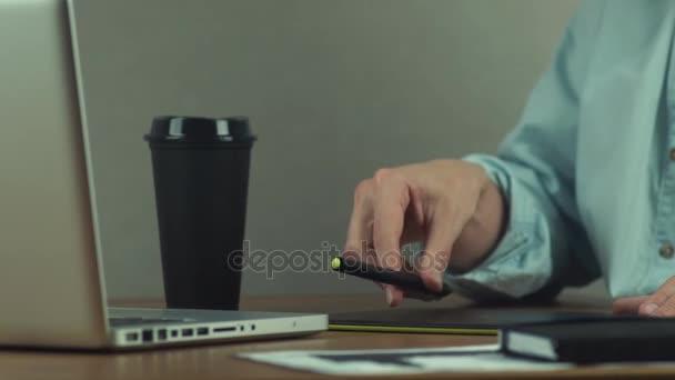 Tervező grafikus tábla, dolgozó kávéfogyasztás