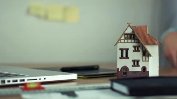 Grafický designér pomocí grafického tabletu vytvořit projekt bydlení na laptop
