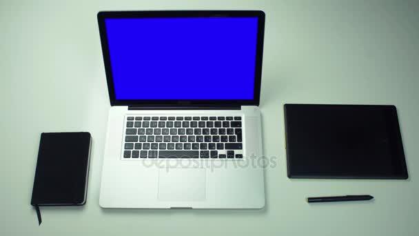 Íróasztal és Jegyzettömb, laptop, digitális fül csésze teát, felülnézet