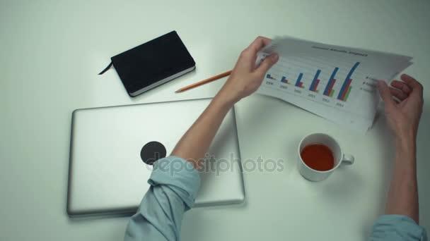 Pohled shora male ruce, práci s vytisknout analýzu grafů