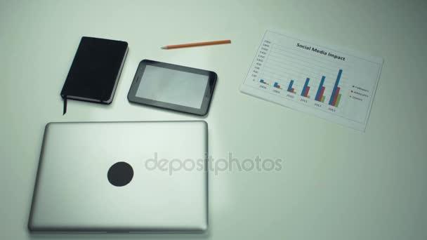 Felülnézet, íróasztal, irodai kellékek. Ember kezében laptop forgalomba íróasztal