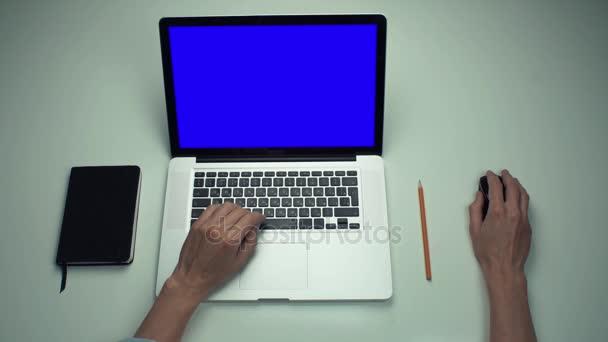 Felülnézet férfi kezében laptop számítógép optikai egér használata zöld képernyő