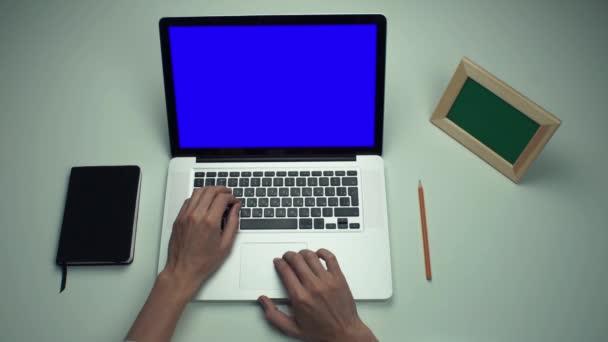 Pomocí přenosného počítače s zelenou obrazovkou na bílý stůl na volné noze