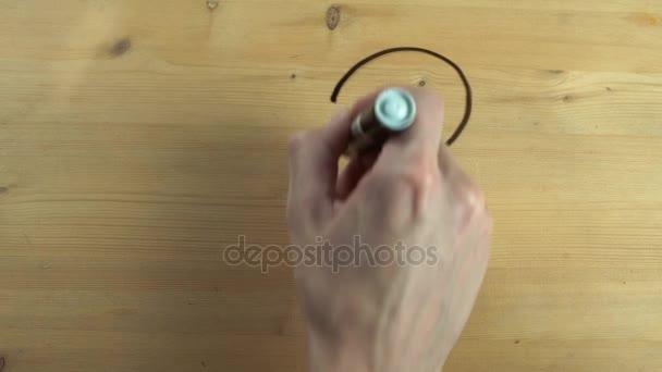 Mužské ruky kreslení tvaru srdce a proměnit jej v líbání pár na dřevěný povrch