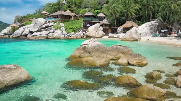 Blue bay s žulovými kameny a palem na luxusní exotické pláži v tropickém ostrově Koh tao, Thajsko