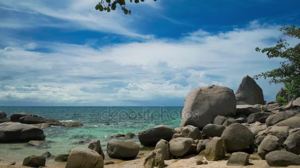 Žulové kameny na pláži tropického ostrova. Mraky jsou movig nad mořem. Koh Tao, Thajsko
