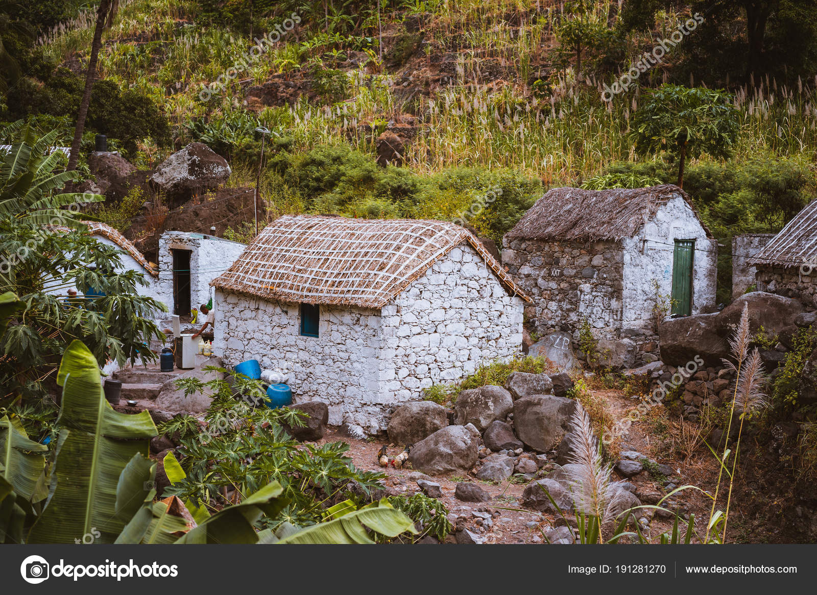 Case In Pietra Di Montagna : Case di pietra in stile locale con tetti coperti di paglia e