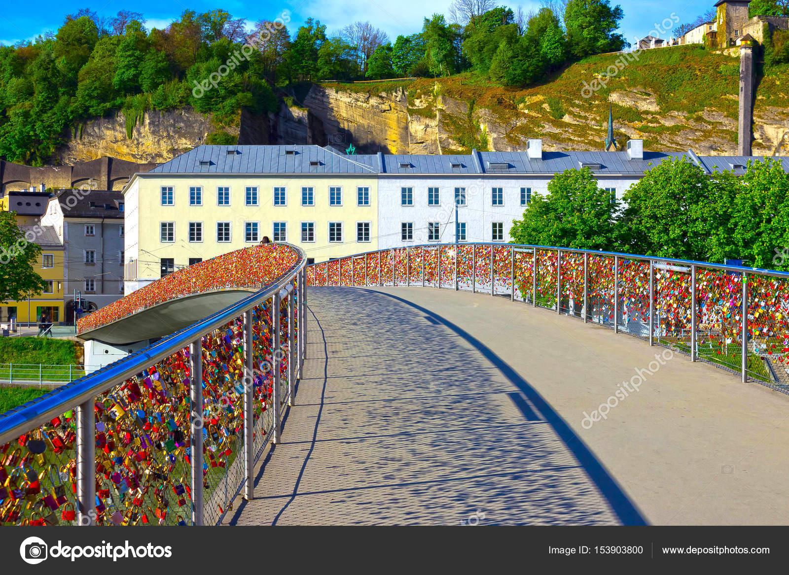 Die Brucke Zaun Bedeckt Mit Schlossern In Salzburg