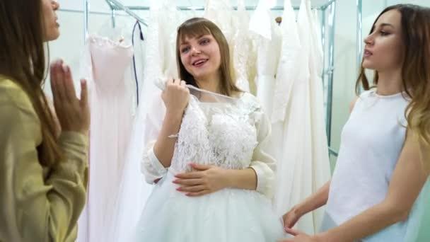 Fiatal lány barátokkal választotta esküvői ruha menyasszonyi szalon