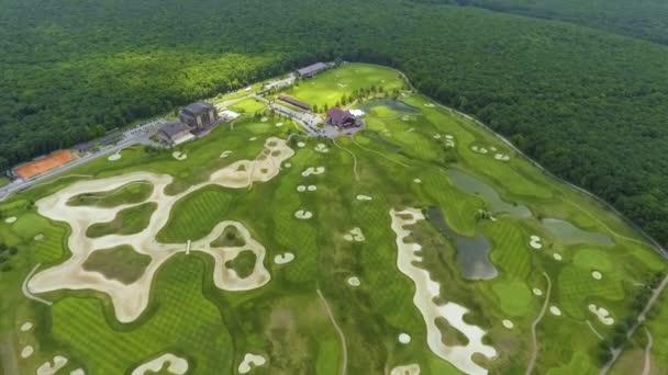 Letecký luxusní golfový klub se zelenými hřišti a rybníky