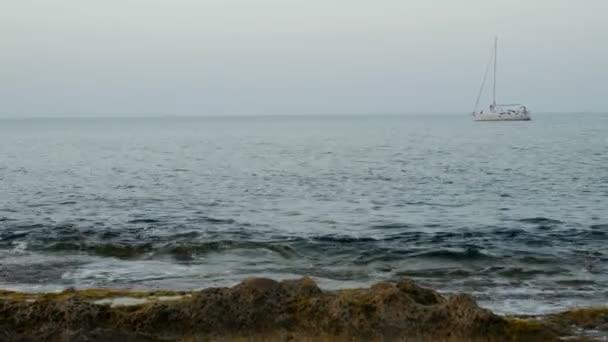 krásné jachty na otevřené moře