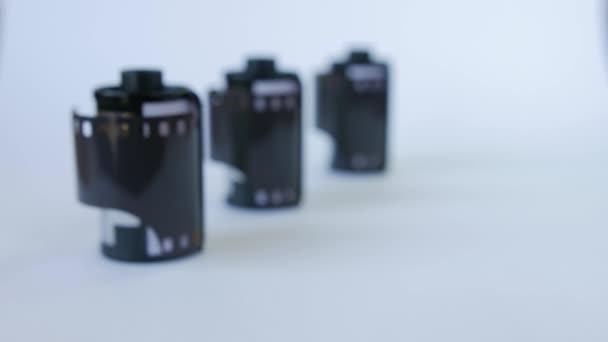 alter 35 mm Film in Patrone auf weißem Hintergrund.