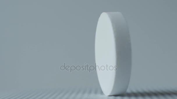 bílé tablety na bílém pozadí