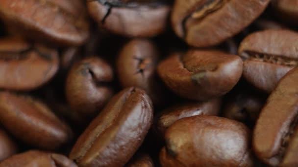 Pražená zrnková káva na stůl. Otáčení. Detailní záběr