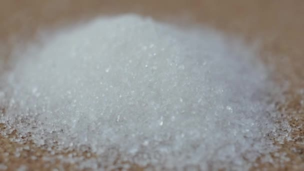 Detailní záběr na malou hromádku cukru tvoří do pyramidy