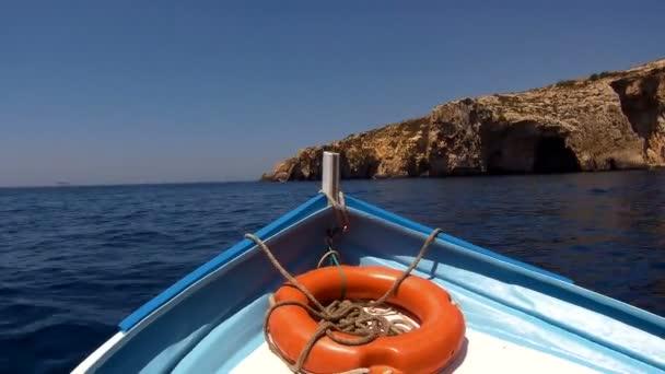 Frontansicht Boot mit Rettungsring, schwimmend auf blauem Meer.