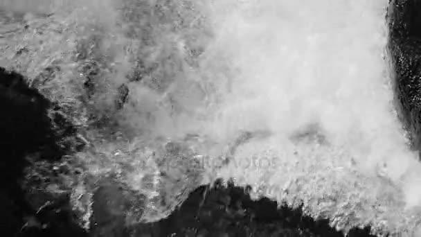 Zpomalený pohyb čisté tekoucí vodu na kameny