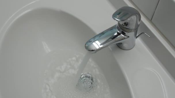 Víz fut folyamatosan a vízcsap.