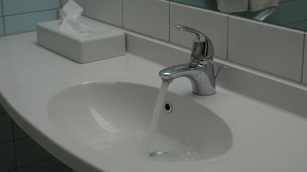 Voda běží nepřetržitě od vodovodního kohoutku.