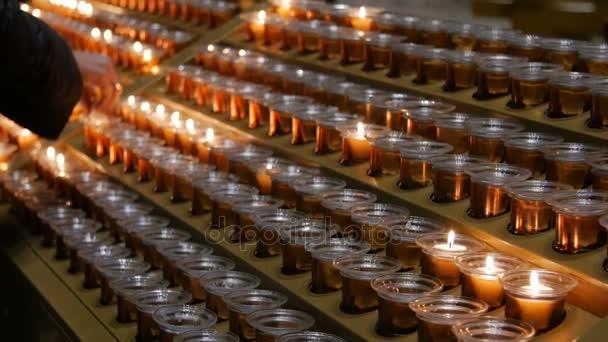 mnoho hořící svíčky s malou hloubkou ostrosti