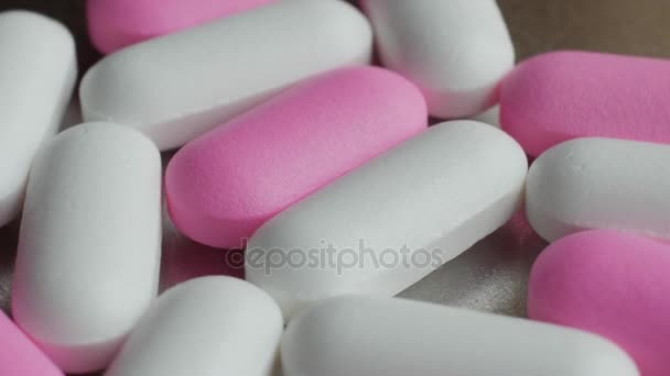 Medizin und Drogen. viele Tabletten und Kapseln auf silbernem Hintergrund.