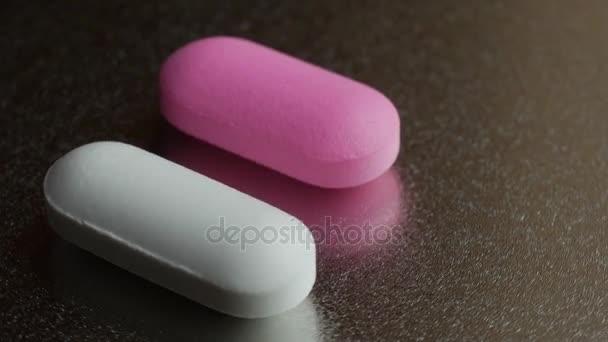 Medizin und Drogen. zwei Pillen auf silbernem Hintergrund.