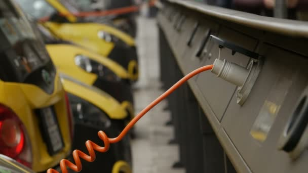 Elektro auto se nabíjí na ulici