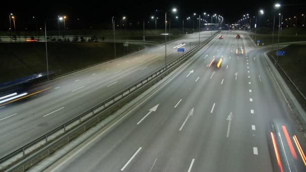 Lange Belichtungszeit des Nachtverkehrs in Vilnius, Litauen.