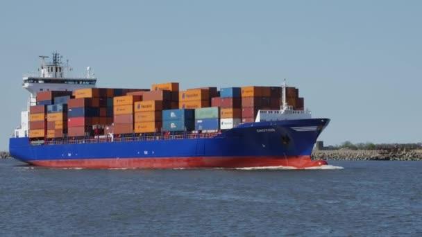 6. Mai 2017 läuft ein großes Frachtschiff in den Hafen von klaipeda ein. Litauen
