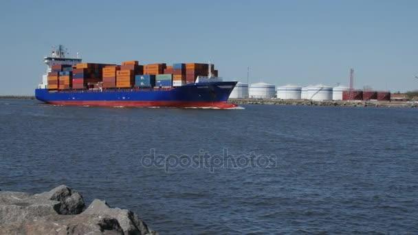 Května, 6, 2017 A velké načten nákladní loď vstoupí do přístavu Klaipeda. Litva