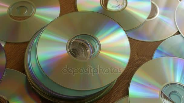 Optische Discs, die auf Stapel von DVDs oder CDs fallen.