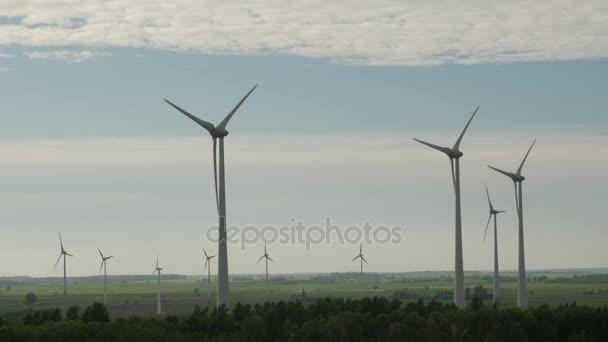 Větrné turbíny farmy, generátory elektrické energie, na hřišti na zamračená obloha pozadí.