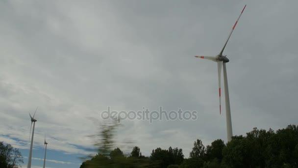 Azienda agricola della turbina di vento, generatori di energia elettrica, il campo sul fondo del cielo nuvoloso.
