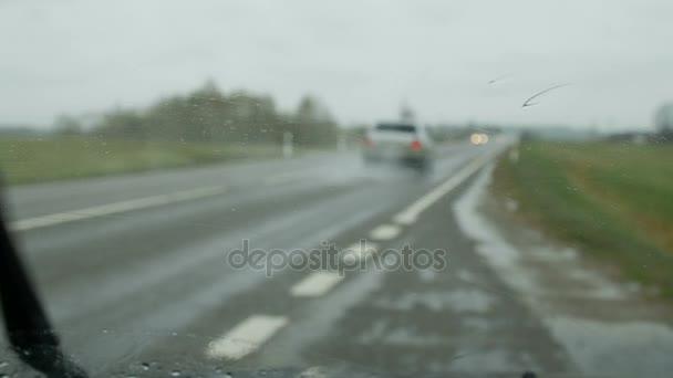 Monzunové deště na auto sklo
