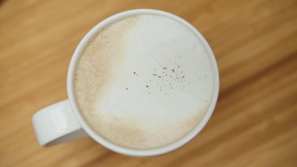 Šálek cappuccino s skořice