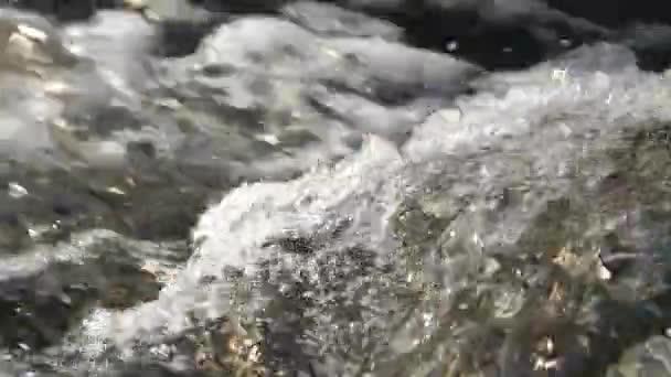 Strömung von Wasser mit weißem Schaum Nahaufnahme