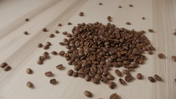 Kaffee Bohnen auf einem Holztisch. Hintergrund der fallenden Kaffeebohnen