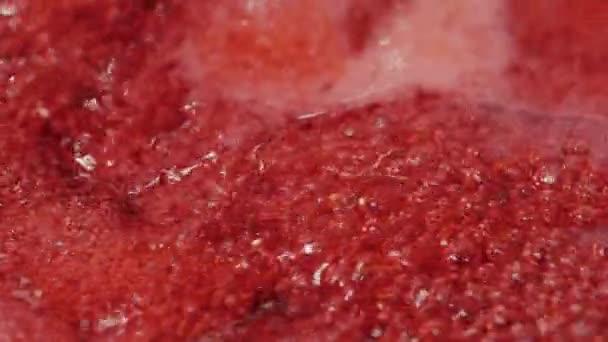 Červené Ovocné marmelády vaří, zblízka