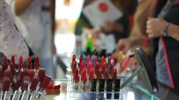 Beauty konzultanti prodeje produktů zákazníkům, poskytování rad o kosmetice