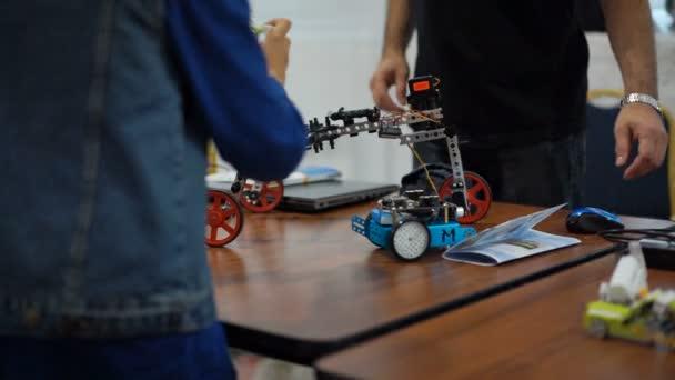 Chlapec s mechanické hračky, péče o děti, šťastné dětství, základní škola