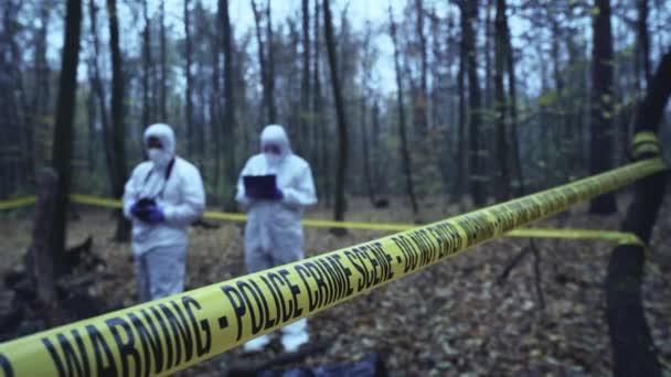 Vyšetřovatelé a soudní znalci pracující na místě činu, sběr důkazů
