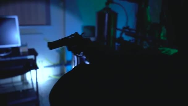 Mann mit Handfeuerwaffe untersucht illegales Labor, nächtliche Polizeirazzia, Ermittlungen