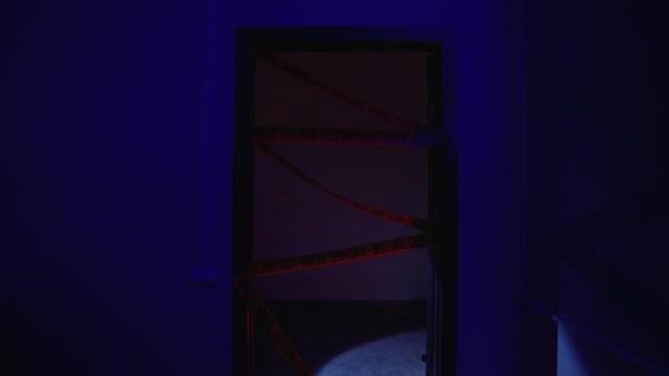 Luomo sospetto entra illegalmente nella scena criminale, rimuovendo nastro giallo che viola la legge