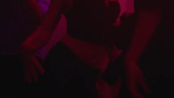 Dav mladých lidí tančí na noční klubové párty, mládežnický životní styl