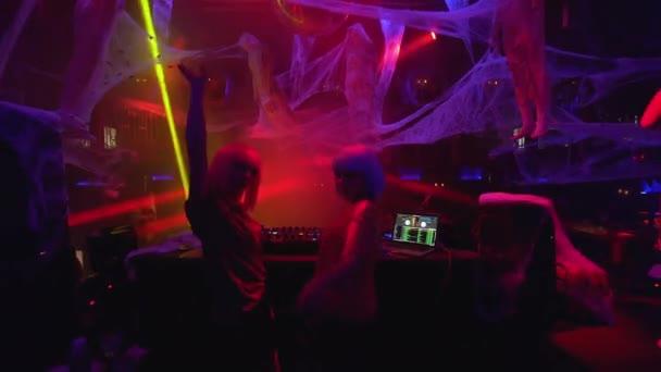 Krásné dívky míchání hudby na gramofonu a tanec na párty v nočním klubu