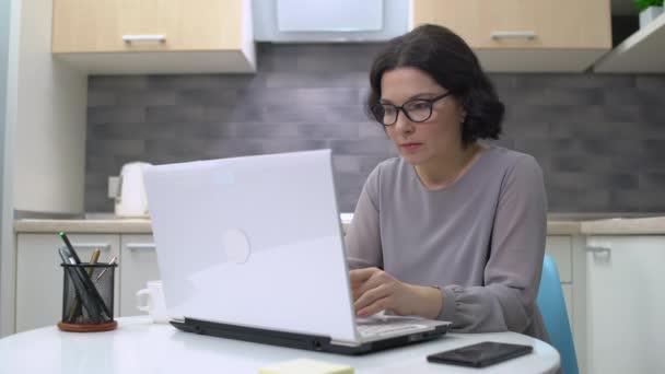 Fáradt alkalmazottak fejfájás, dolgozó laptop, egészségügyi ellátás, túlmunka